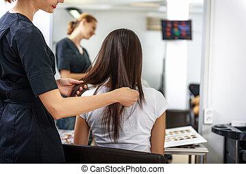 sorridente, barbiere, in, salone capelli, lavorativo