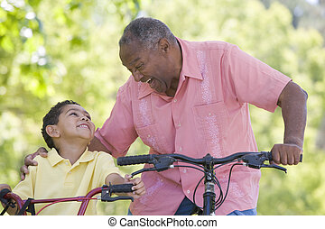 sorridente, biciclette, fuori, nipote, nonno