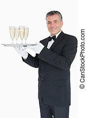 sorridente, cameriere, tenendo vassoio, con, occhiali, con, champagne