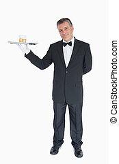 sorridente, cameriere, tenendo vassoio, con, occhiali, di, whisky