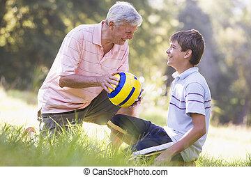 sorridente, campo sportivo, nipote, nonno