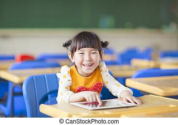 sorridente, capretto, usando, tavoletta, o, ipad
