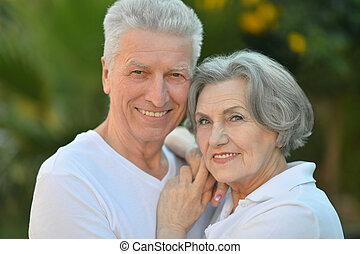 sorridente, coppia, anziano, fuori