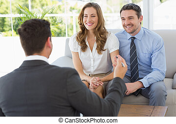 sorridente, coppia, in, riunione, con, uno, finanziario,...