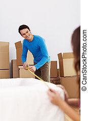 sorridente, coppia, misurazione, il, divano, in, loro, casa nuova