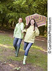 sorridente, coppia, ombrello, correndo, fuori