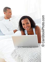sorridente, coppia, rilassante, su, loro, letto