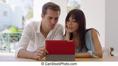 sorridente, coppia, usando, uno, tavoletta, computer, insieme