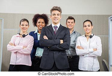 sorridente, direttore, e, squadra, standing, a, centro chiamata