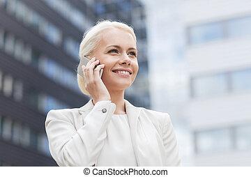 sorridente, donna d'affari, con, smartphone, fuori