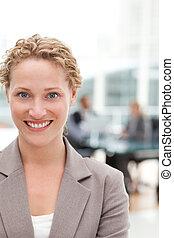 sorridente, donna d'affari, in, lei, ufficio