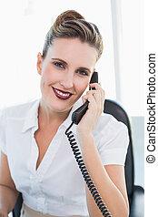 sorridente, donna d'affari, parlando telefono