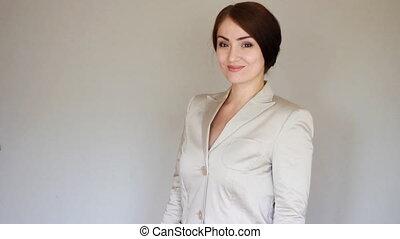 sorridente, donna d'affari, presentare, product., guarda, il, macchina fotografica, e, sorrisi, e, mostra, mani, a, il, product., presentazione