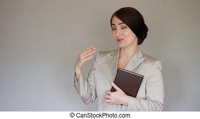 sorridente, donna d'affari, presentare, product., guarda, il, macchina fotografica, e, sorrisi, e, mostra, mani, a, il, product., presentation.