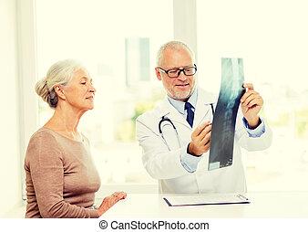sorridente, donna, riunione, anziano, dottore