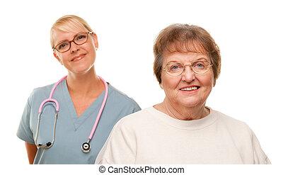 sorridente, donna senior, con, dottore, dietro