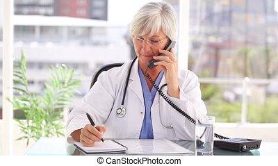 sorridente, dottore, parlando telefono, mentre, seduta
