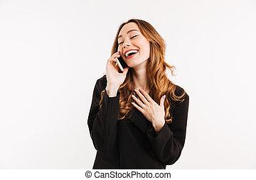 sorridente, efficiente, donna, con, lungo, capelli auburn, in, nero, parlare, su, smartphone, e, detenere, piacevole, conversazione, isolato, sopra, sfondo bianco