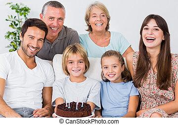 sorridente, famiglia, con, torta compleanno
