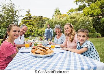 sorridente, famiglia estesa, attesa, per, barbecue, essendo, cotto, vicino, padre, sorridente, macchina fotografica