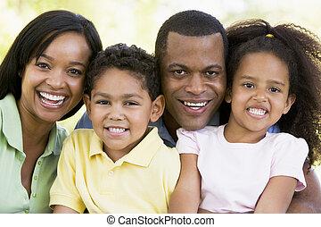 sorridente, famiglia, fuori