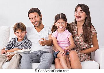sorridente, famiglia, guardando la televisione