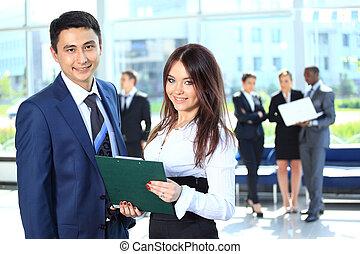sorridente, femmina, condottiero, affari discute, piano, con, fiducioso, colleghi