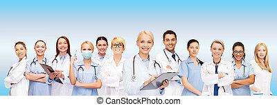 sorridente, femmina, dottori ed infermiere, con, stetoscopio