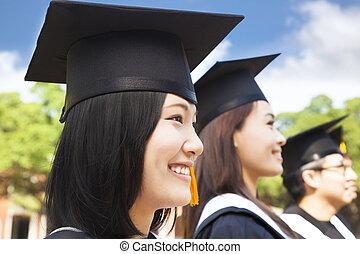 sorridente, femmina, laureato università, standing, con, compagno classe