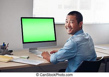 sorridente, giovane, asiatico, progettista, lavoro, su, un, ufficio, computer