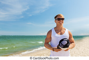 sorridente, giovane, in, occhiali da sole, su, estate, spiaggia