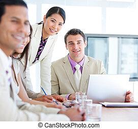 sorridente, giovane, squadra affari, in, uno, co