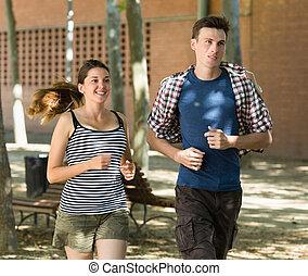 sorridente, giovani persone, correndo, esterno