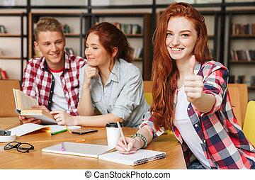sorridente, gruppo, adolescenti, compito