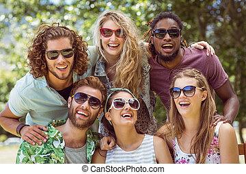 sorridente, macchina fotografica, amici, felice