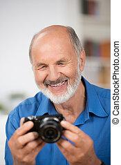 sorridente, macchina fotografica, uomo senior