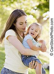 sorridente, madre, figlia, presa a terra, fuori