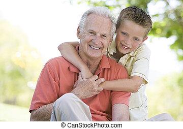 sorridente, nonno, nipote, fuori