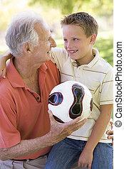sorridente, palla, fuori, nipote, nonno