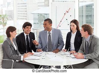 sorridente, persone affari, discutere, uno, budget, piano