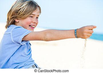sorridente, ragazzo, gioco, con, mare, sand.