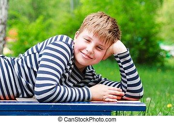 sorridente, ragazzo, poco, disposizione, panca