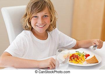 sorridente, ragazzo, pranzo