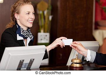 sorridente, receptionist, consegnare, uno, scheda