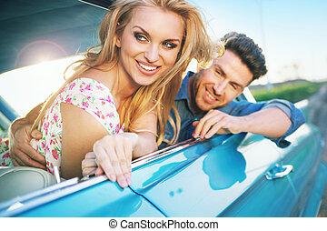 sorridente, riposare, coppia, retro, automobile
