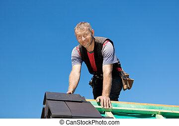 sorridente, roofer, cima, il, tetto