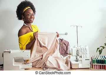 sorridente, sarta, guardando macchina fotografica, con, macchina cucire