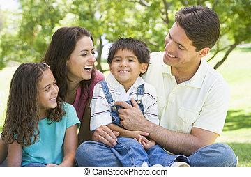sorridente, seduta, famiglia, fuori