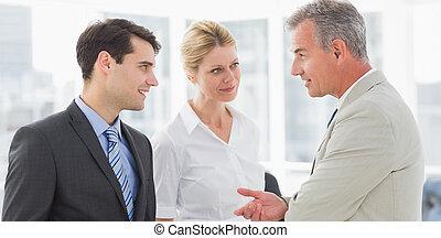 sorridente, squadra affari, parlare, insieme