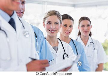 sorridente, squadra medica, in, fila